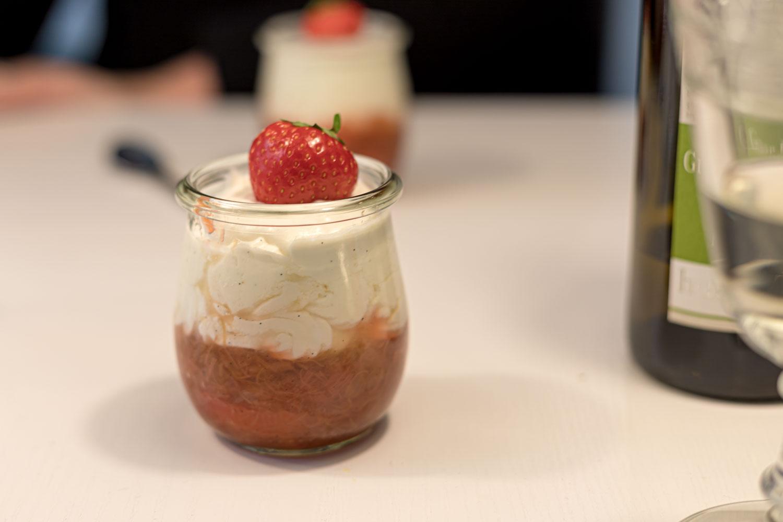 Erdbeer-Rhabarber-Trifle mit Haselnusskrokant 35